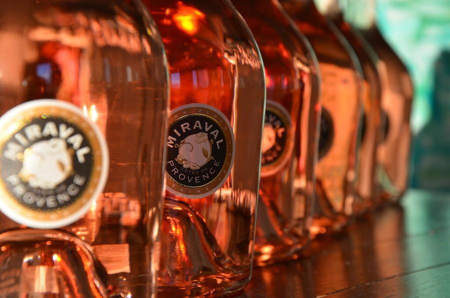Найдорожчу у світі пляшку розе продали за 2 600 євро. Це вино від Бреда Пітта та Анджеліни Джолі