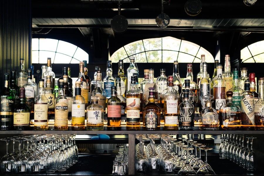 Facebook та Instagram заборонили продаж алкоголю у соцмережах