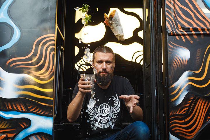 «Андеграундний бар в автобусі» відкривають у центрі Києва
