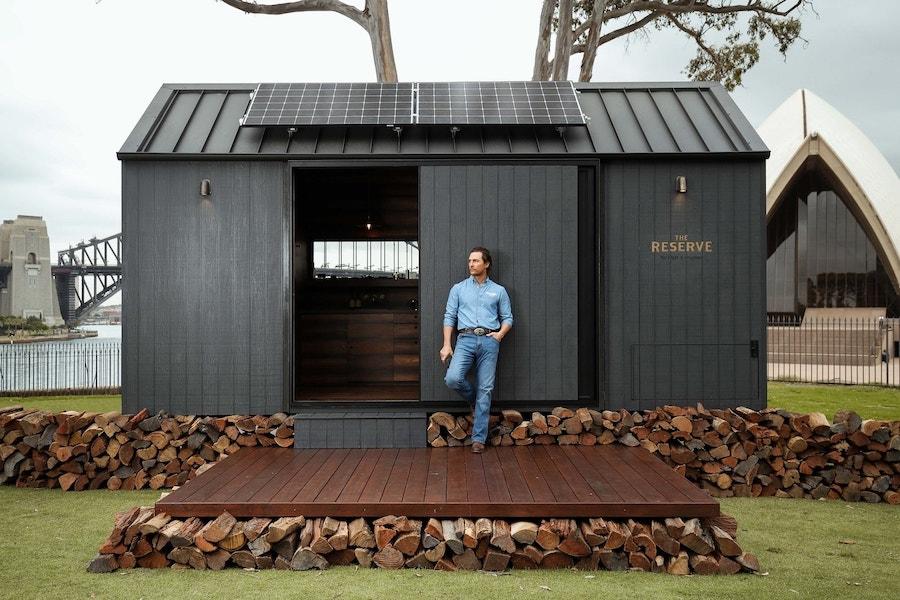 Меттью Макконахі і Wild Turkey відкрили еко-будинок з баром в Австралії. Його можна орендувати