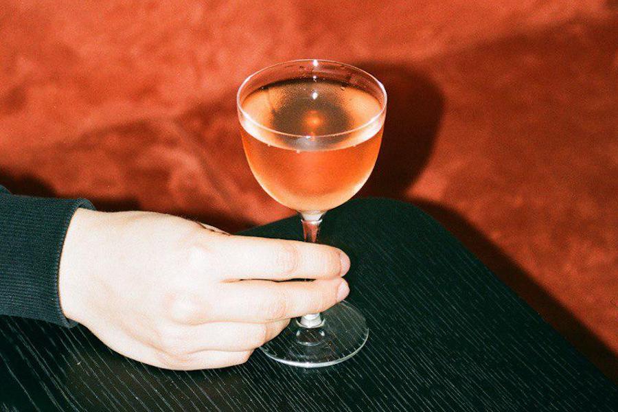 «Буряковий сауер» та Old Fashioned з джином: необістро «Асамблея» запустило коктейльну карту