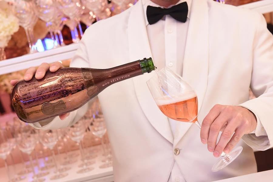 Репер Drake почав продавати шампанське по $500