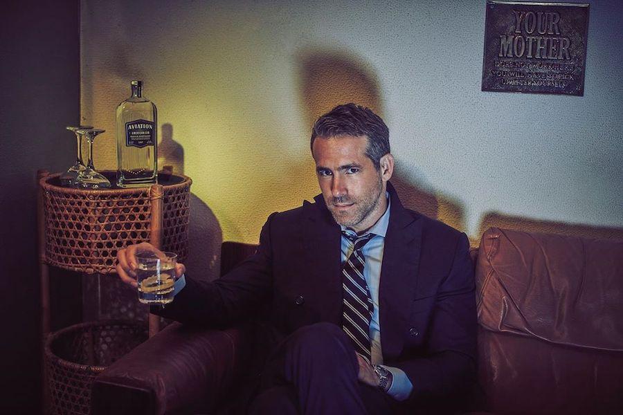 Дивіться, як власник Aviation Раян Рейнольдс п'є джин у прямому ефірі американського ТБ
