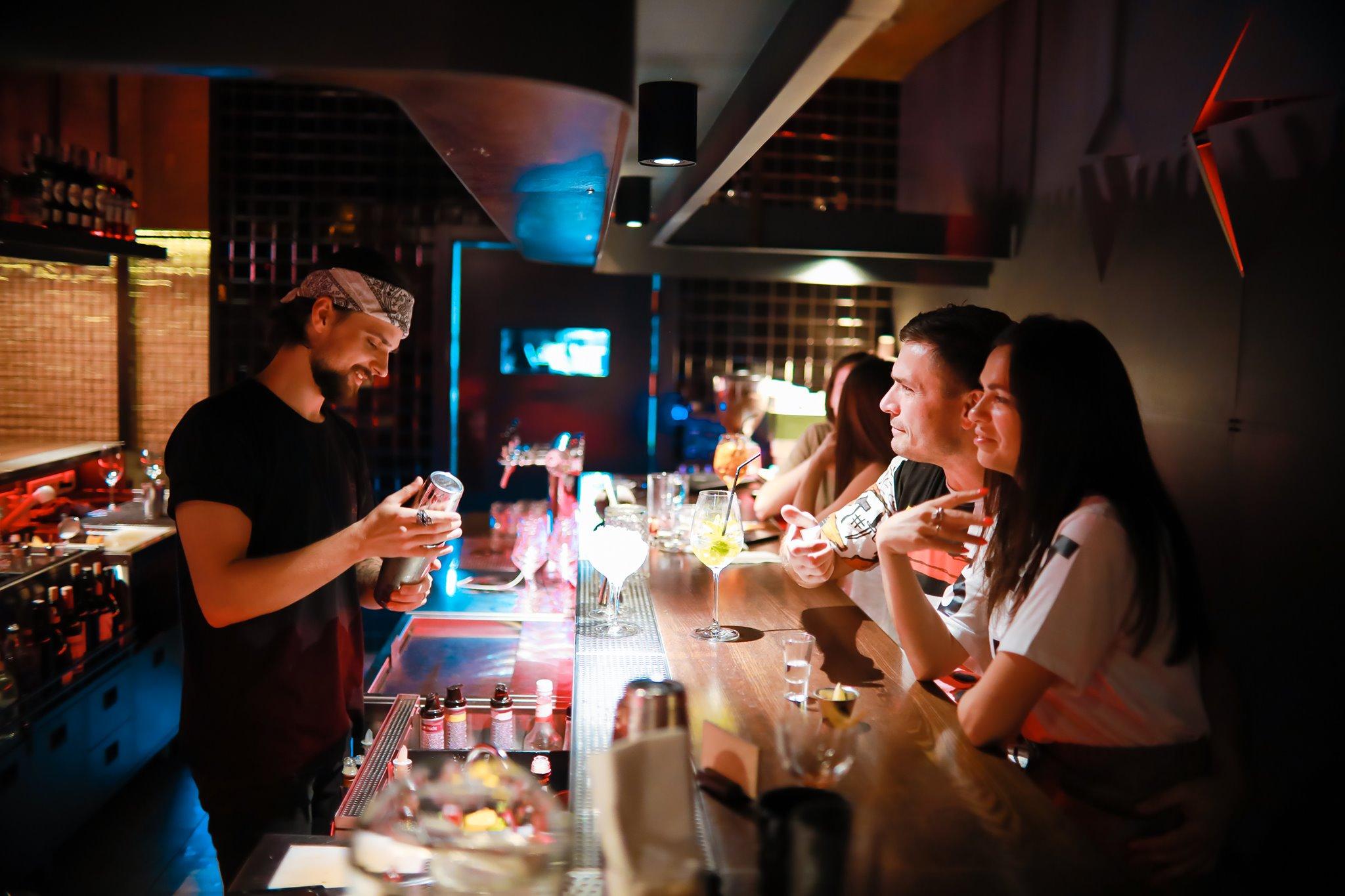 «Люди дуже скучили»: як українські бари поступово відновлюють роботу