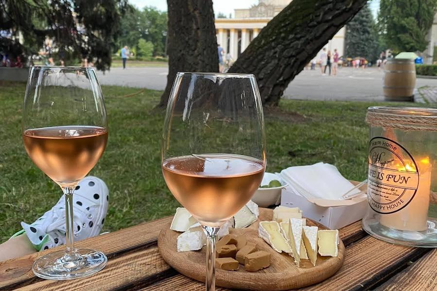 Дегустаційний майданчик із українським вином Biologist Terrace відкрили на ВДНГ