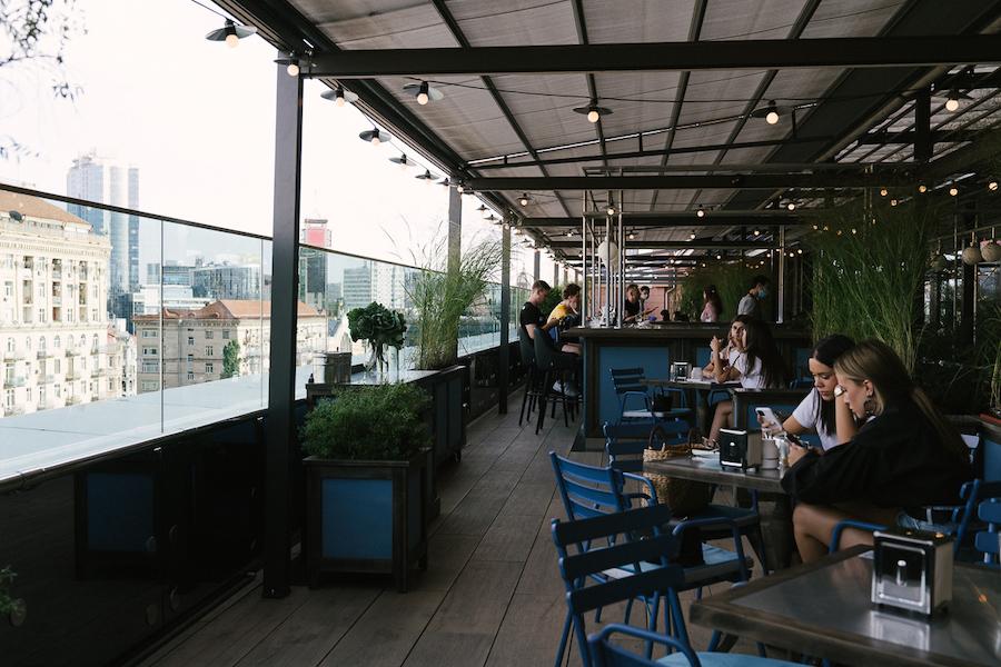 Бар Dogs & Tails переїхав на терасу ЦУМ. Він працює у новому Milk Bar
