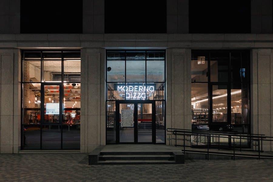 Власники ресторану «Миші Бляхера» відкрили Moderna Pizza в Дніпрі. З трьома видами піци і коктейлями