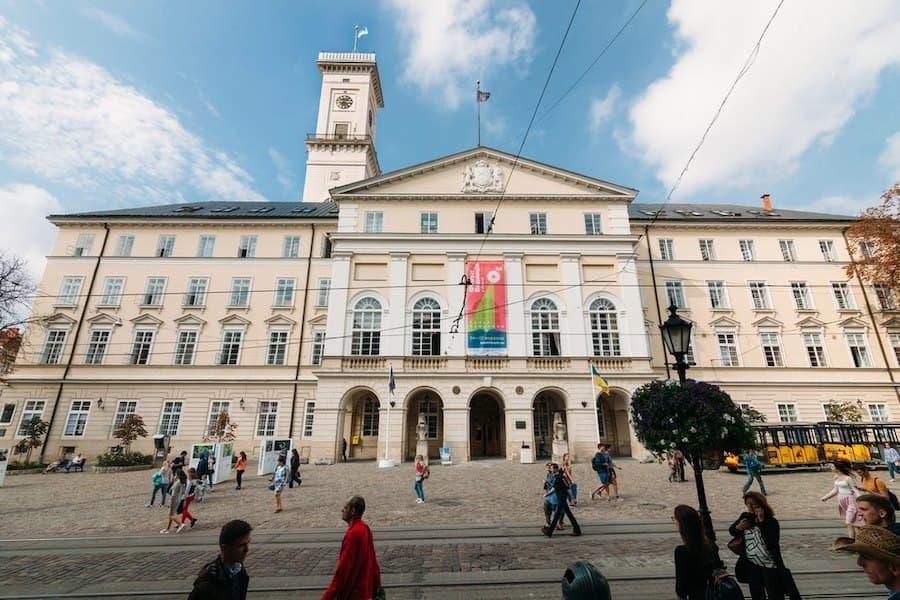 У Львові скасували вихідні дні. Щоб не вводити «карантин вихідного дня»